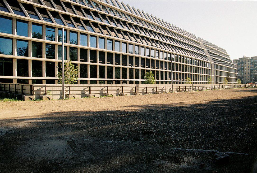Bohatosť tejto architektúry a sila jej pôsobenia vznikla z opakovania jedinej témy v dĺžke viacerých mestských blokov čo je zhruba rozmer budovy nadácie Feltrinelli.