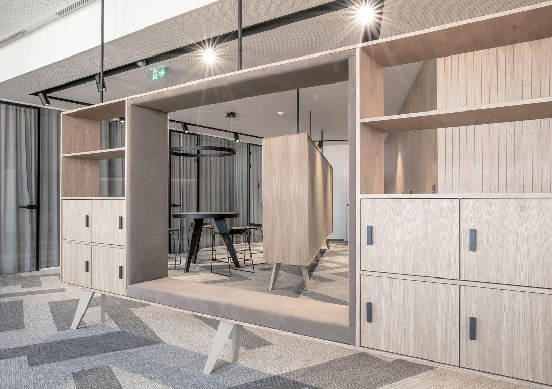 Dizajn a materiálová skladba priestoru vychádza zo vzťahu monochromatických kontrastov bielej a béžovej farby okolitého priestoru steny podhľad podlaha a vložených stolárskych komponentov.