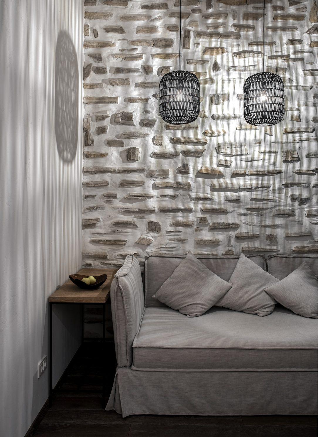 Murivo a odokryté betónové konštrukcie sme v interiéri zachovali zámerne v prirodzenom stave.
