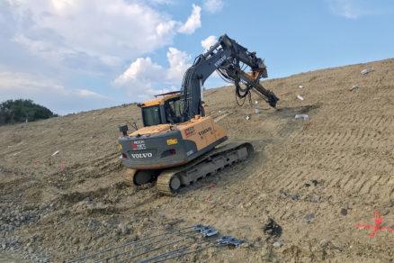 Obr. 4 Zarážanie mechanických kotiev hydraulickým kladivom na pásovom podvozku