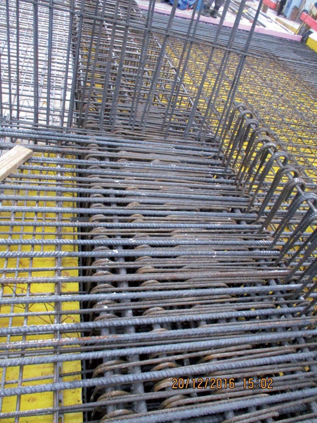 Obr. 7 Pohľad na výstuž v mieste styku stĺp nosníky doska steny vznikla veľká hustota výstuže a nedostatočné prípadne žiadne medzery medzi výstužou.