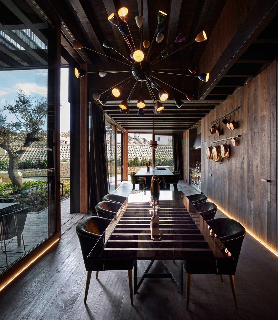 Použitie tmavého dreva v kombinácii s čiernymi prvkami nábytku priestor zútulňuje a vytvára príjemné prostredie pre pokojný život.