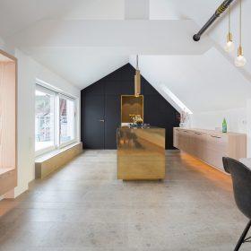 Súčasťou hlavnej dennej miestnosti je nika ktorá spája úložný priestor a možnosť relaxu.