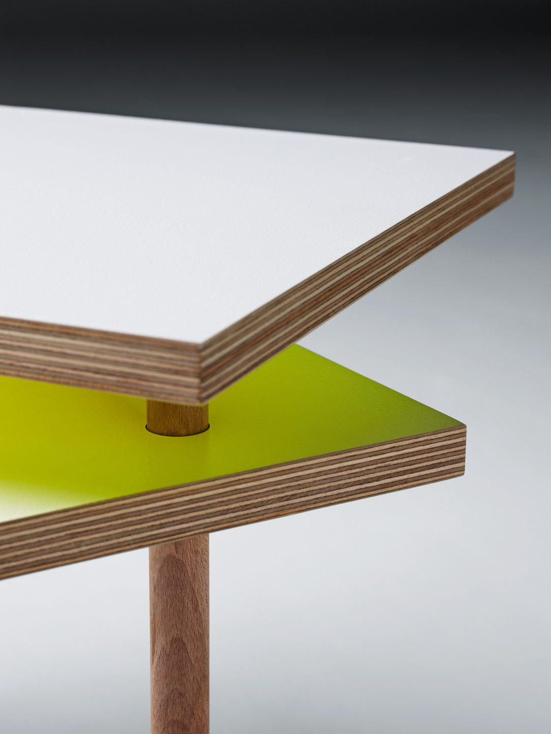 Stolík Utsuri table je vytvorený tak aby sa mohol prispôsobiť každej miestnosti.