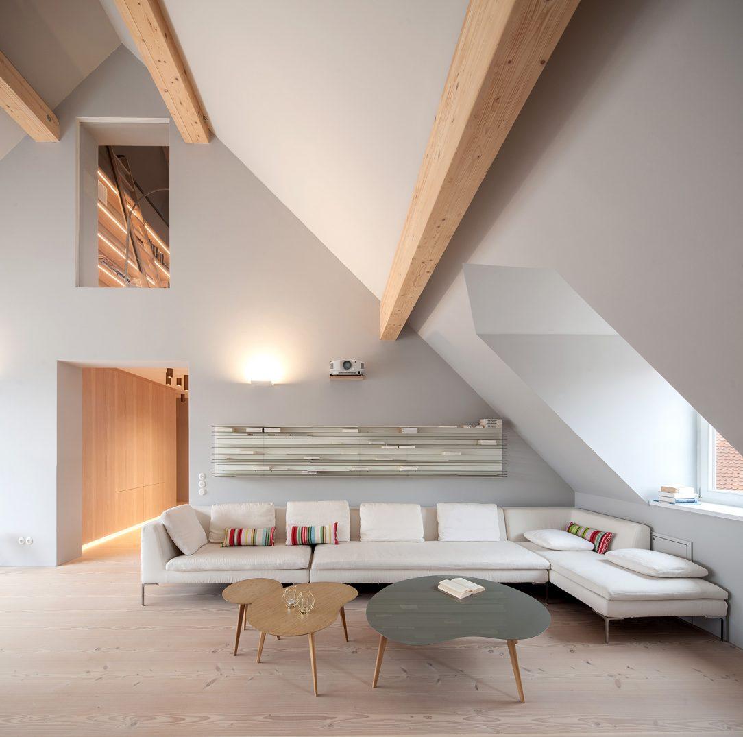 Všetky miestnosti v podkroví architekti zdôraznili drevenými stropnými trámami na bielom murive.