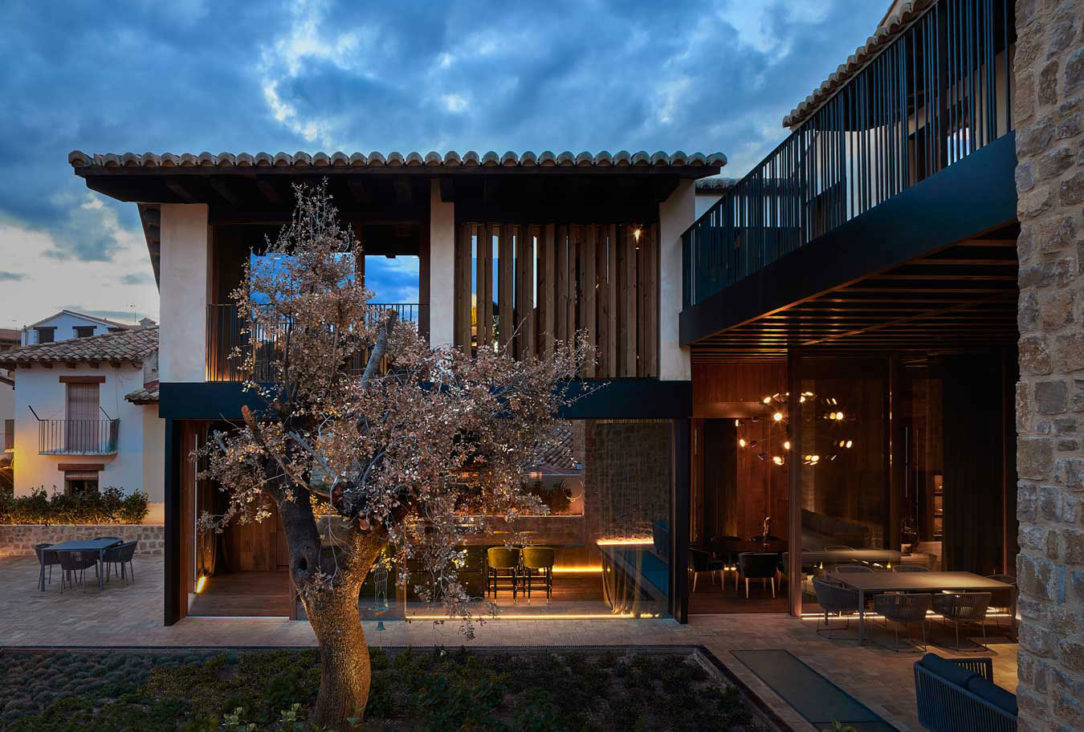 Vnútorné nádvorie tvorí súkromný vesmír do ktorého sa otvára dom