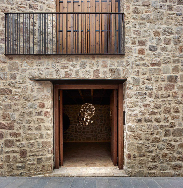 Vonkajšiu fasádu prispôsobili štýlu materiálom a farbám aké používajú okolité historické domy.