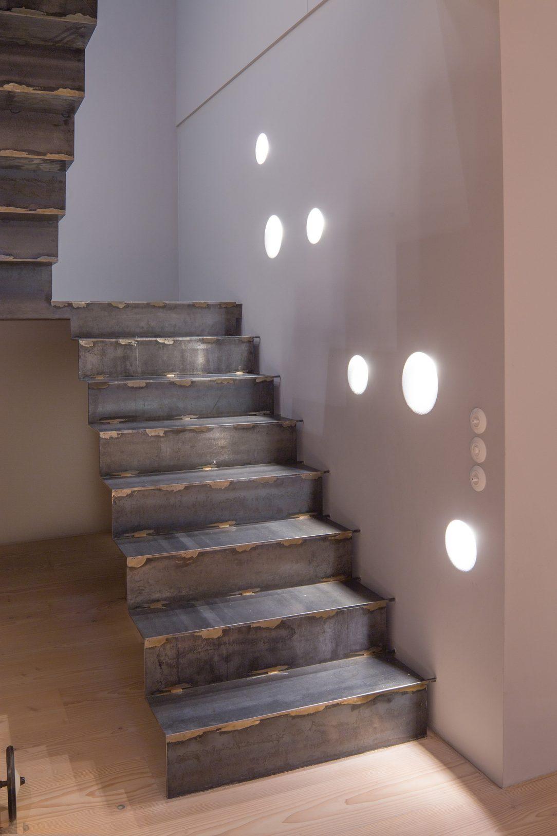 hlavné schodisko je zo surovej ocele