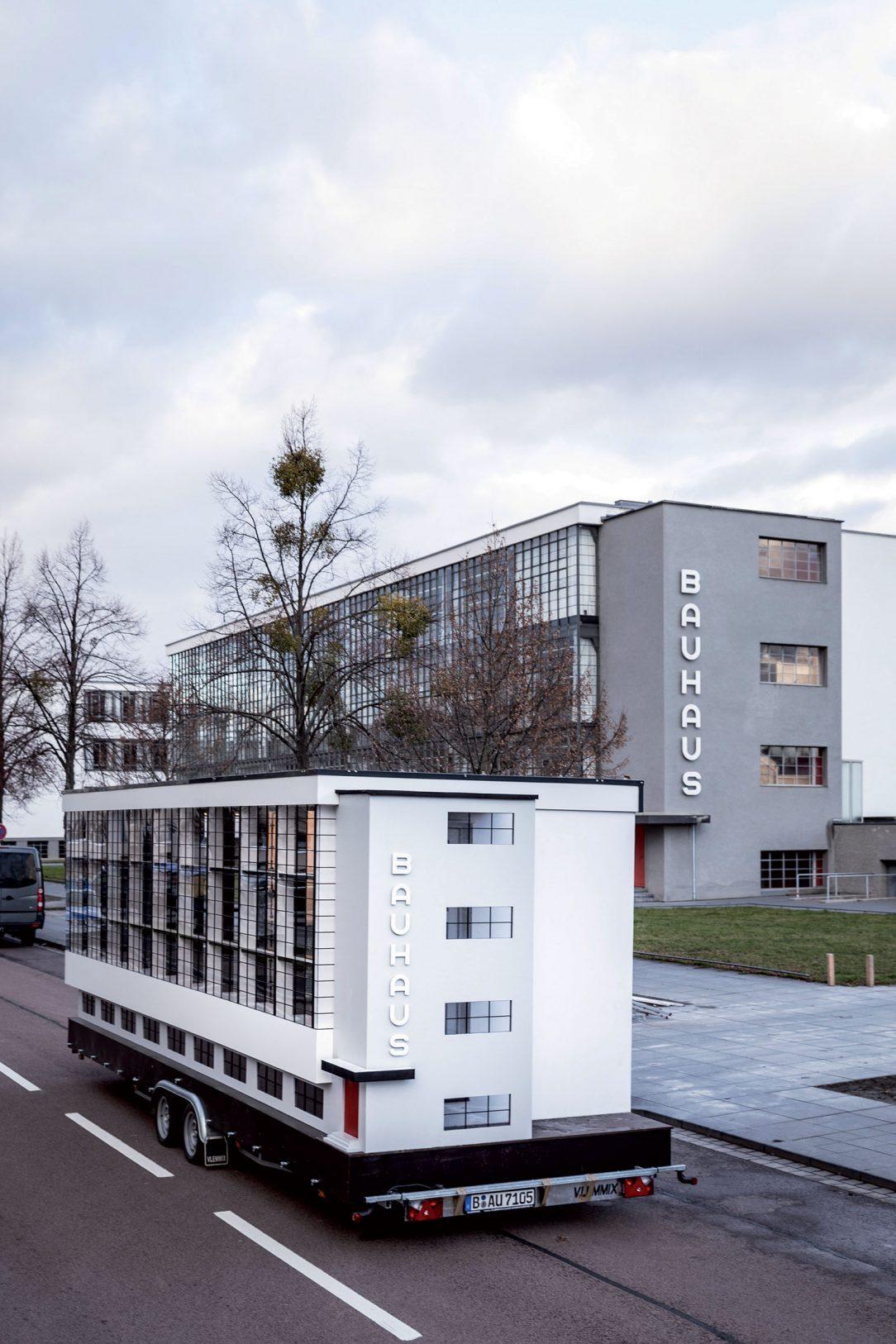 """Wohnmachine SPINNING TRIANGLES, SAVVY Contemporary Elsa Westreicher a Bonaventure Soh Bejeng Ndikung Kópia slávnej budovy Bauhausu v Dessau slúži ako mobilná platforma na diskusie o neľahkých témach. """"Teoreticky aj prakticky skúmame to, akú úlohu dokáže zohrať dizajn v sociálnom aj politickom dianí,"""" vysvetľujú autori."""