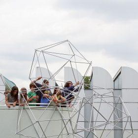 """Bauhaus Agenten Bauhaus Association Od školského roku 2016/2017 deväť """"agentov"""" spolu s 30 partnerskými školami a tromi Bauhaus inštitúciami vytvára nové spôsoby výučby a komunikácie už od najnižších ročníkov."""