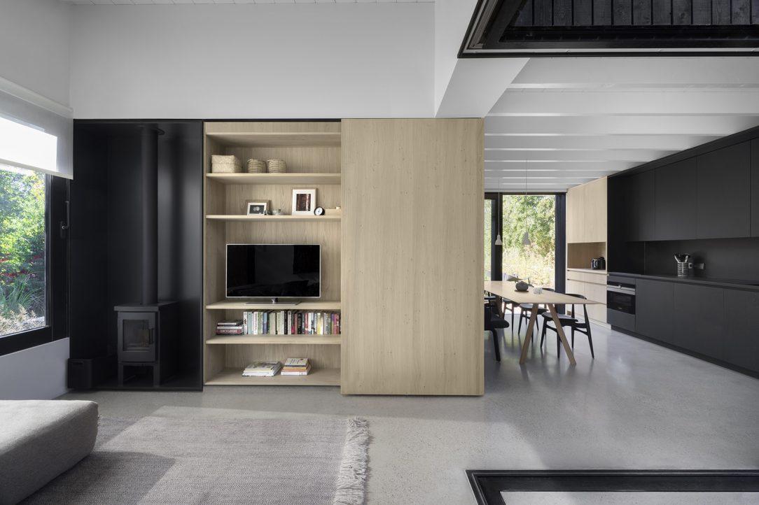 Grafickú a estetickú kvalitu interiéru zvýrazňuje na mieru vyrobený nábytok a vstavané skrinky