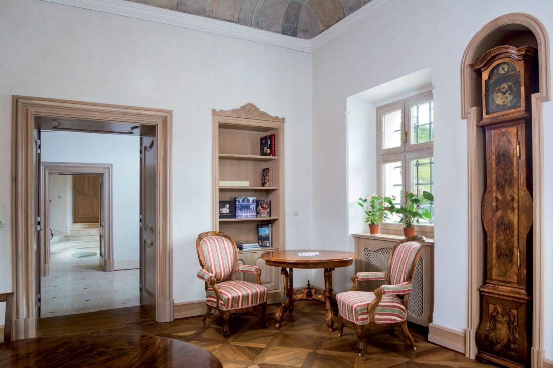Historický nábytok bol do miestností umiestnený s citom pre detail.