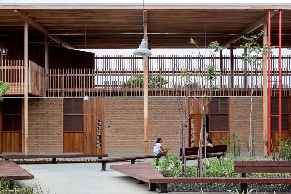 Na prízemí je ubytovanie študentov na poschodí učebne a spoločné priestory.