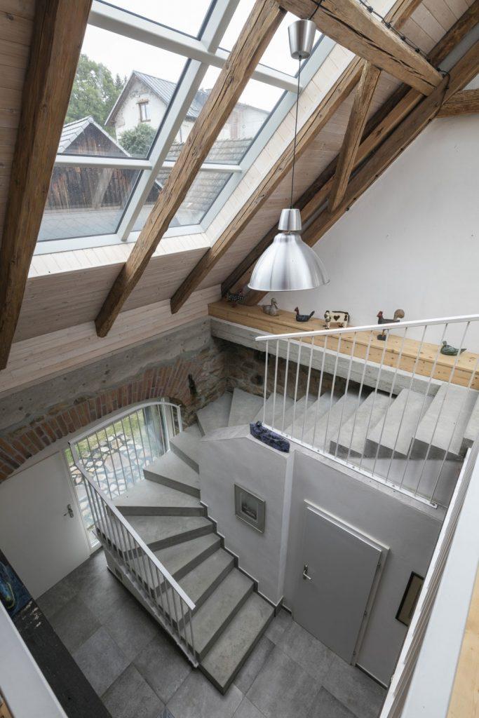 Nad schodiskom je v streche veľký svetlík cez ktorý prúdi denné svetlo priamo na kuchynskú linku
