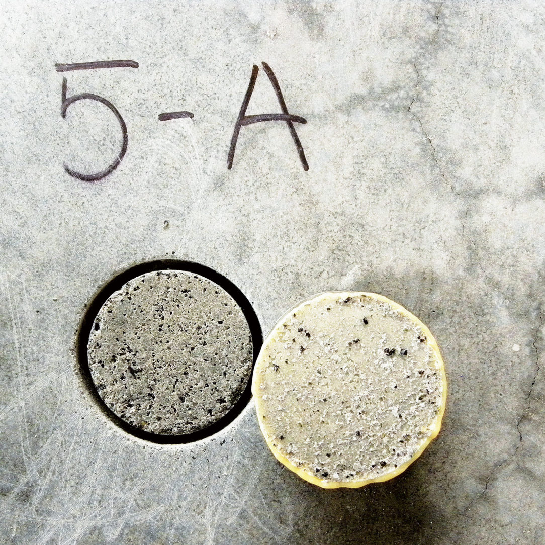 Obr. 6 Kontrola prídržnosti sanovanej vrstvy podlahy