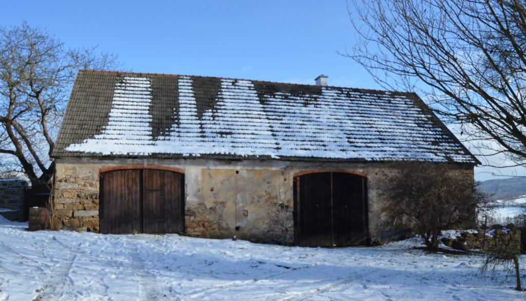 Podľa letopočtu ktorý bol uvedený na jej južnom štíte bola stodola postavená v roku 1882.
