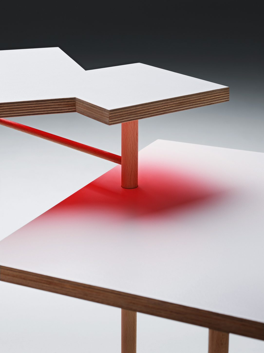 Podľa polohy dosiek stola a dopadu svetla odrážajú tieto plochy rôzne svoju farbu na okolitý materiál.