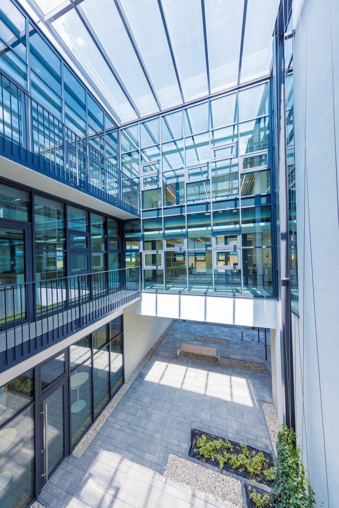 Átrium zohráva úlohu aj pri lepšom presvetlení budovy denným svetlom.