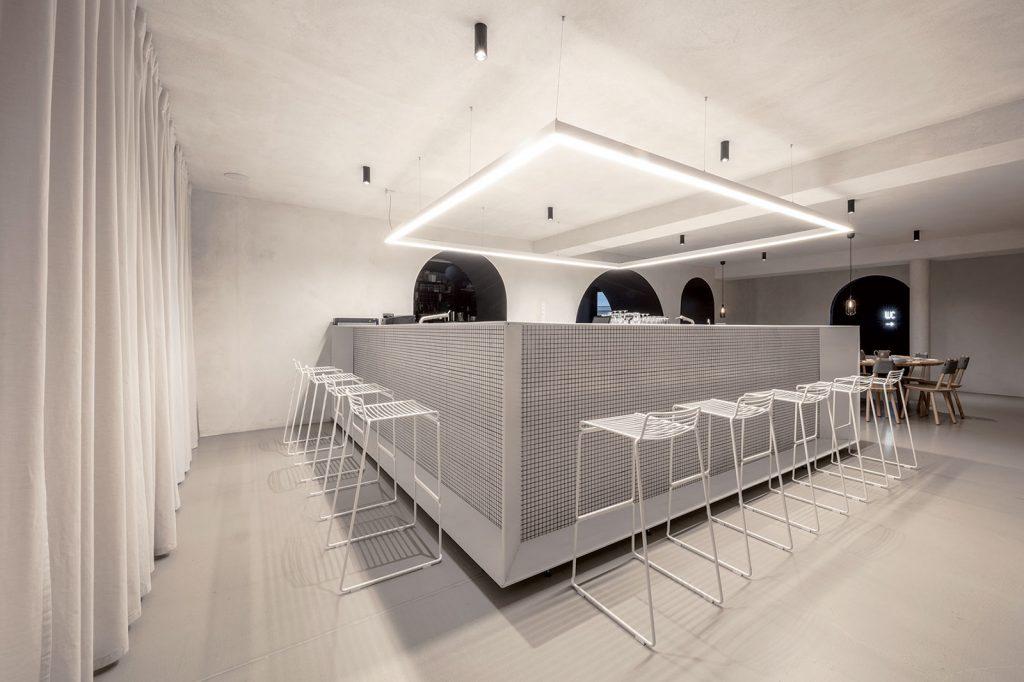 Murovaný bar s oplechovaním slúži najmä na prípravu sushi roliek.