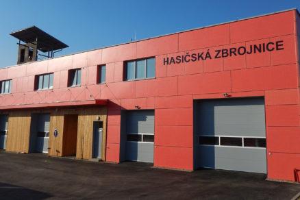 Novovybudovaná zbrojnica Zboru dobrovoľných hasičov v Újezdu u Průhonic je opláštená fasádnymi doskami CETRIS® LASUR v ohnivočervenom odtieni