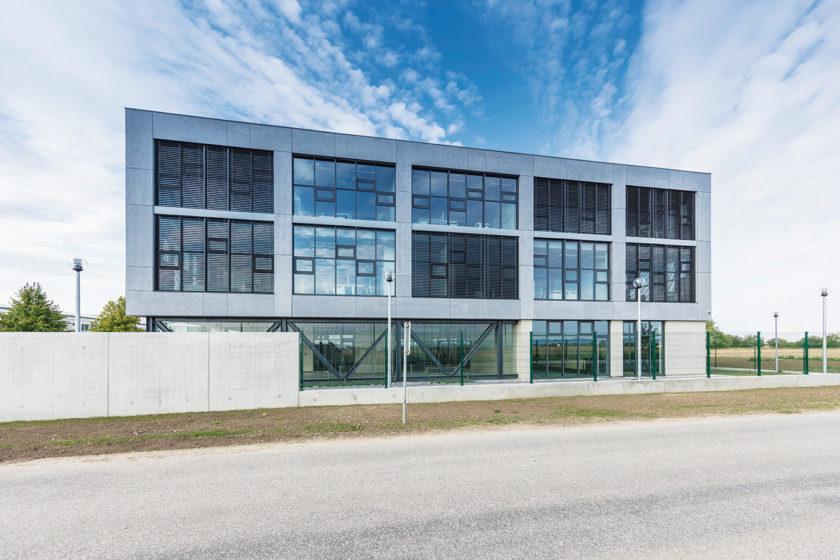 Objekt je riešený ako ultranízkoenergetická budova pripravená na celkové využitie obnoviteľných zdrojov.