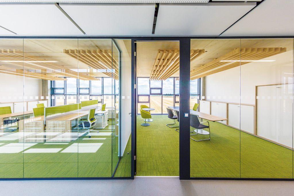 Okrem dizajnu sa pri riešení priestorov stanovilo ako prioritné vytvorenie zdravého pracovného prostredia.