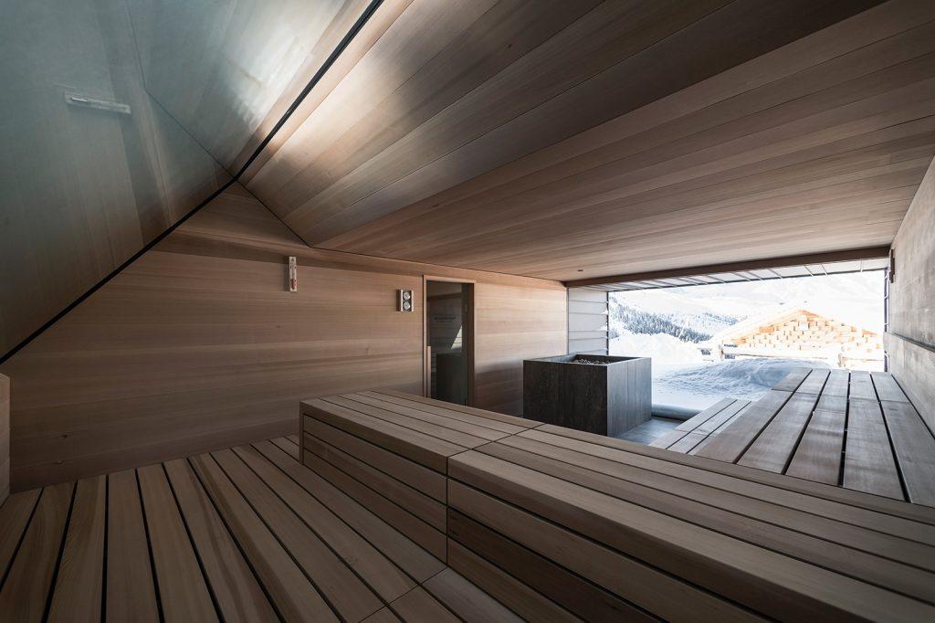 Interiér sauny s panoramatickým výhľadom.