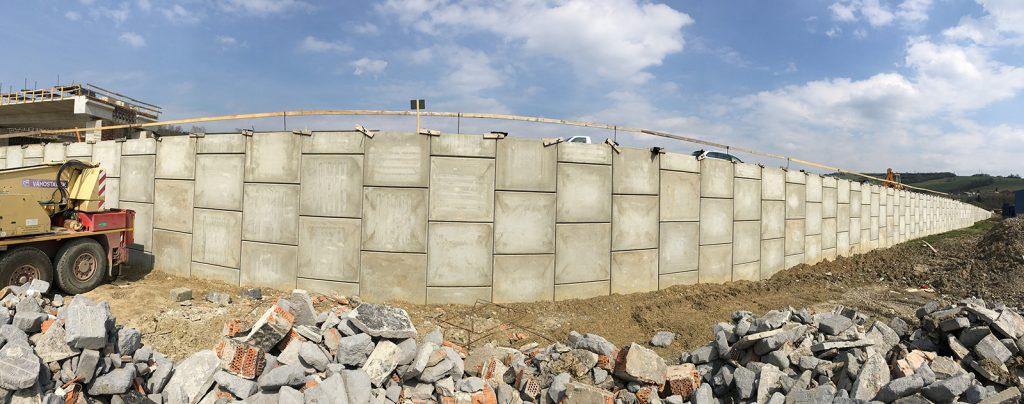Pohľad na oporný múr MacRes® v sklone 90°max. výšky 12.7m – obj. 281 18