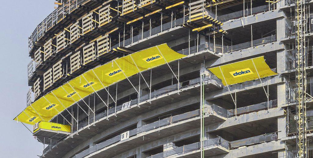 Trojvrstvová bezpečnostná sieť SNF je záchytnou -bariérou materiálu, vhodnou na každý tvar stavebného objektu.