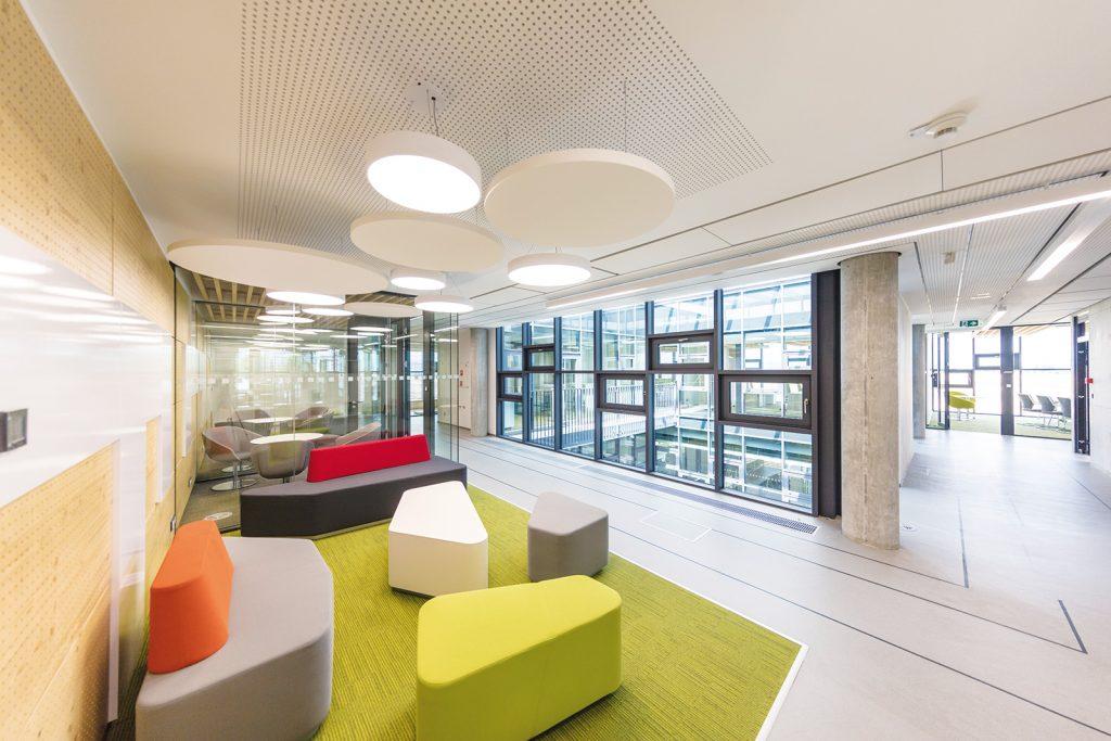 V interiéroch sa využili prírodné alebo recyklovateľné povrchové materiály a sálavý spôsob chladenia i kúrenia.