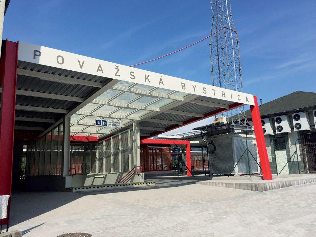 Vstup do podchodu pre cestujúcich v žst. Považská Bystrica
