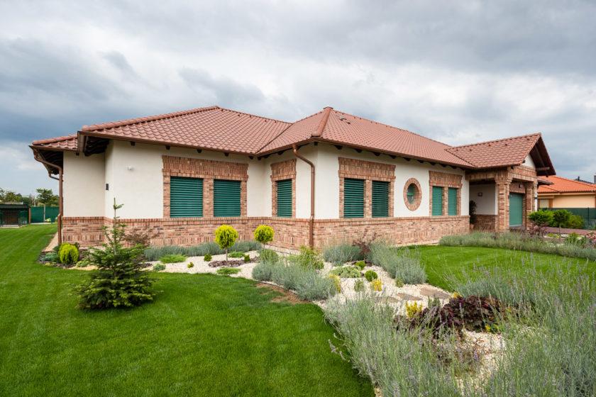 Hrubá stavba tehlového domu je vymurovaná z brúsených tehál Porotherm 44 EKO+ Profi s hrúbkou 44 cm.