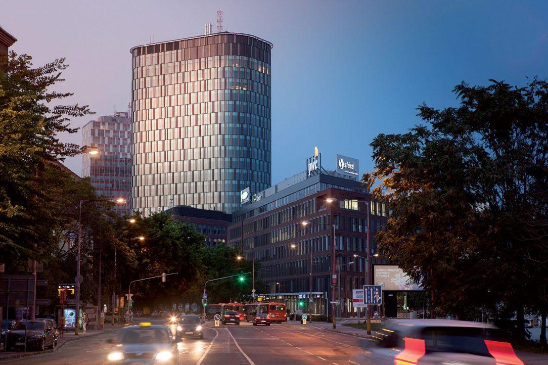 Inšpiráciou pre dizajn fasády Twin City Tower sa stala priemyselná minulosť lokality striedanie plôch evokuje závitnicu oceľového kábla.