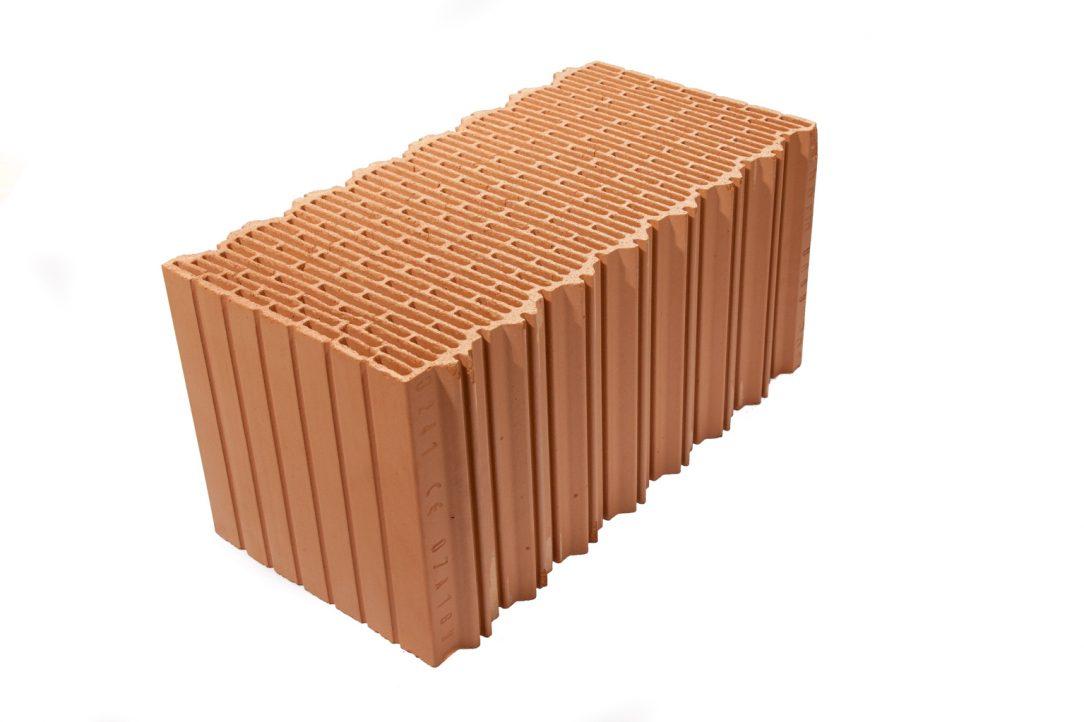 Vo veľkoformátových tehlových blokoch Porotherm EKO+ Profi plní hlavnú tepelnoizolačnú funkciu množstvo vzduchových dutín oddelených tenkými keramickými rebrami. Samotná keramika prispieva k výsledným tepelnoizolačným vlastnostiam vďaka poréznej štruktúre, veľkému počtu a malej hrúbke.