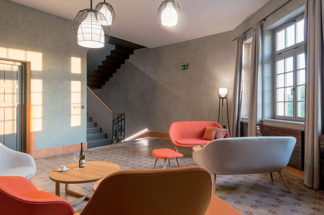 Starostlivo vybratý nábytok a textílie podčiarkujú kvality interiéru.
