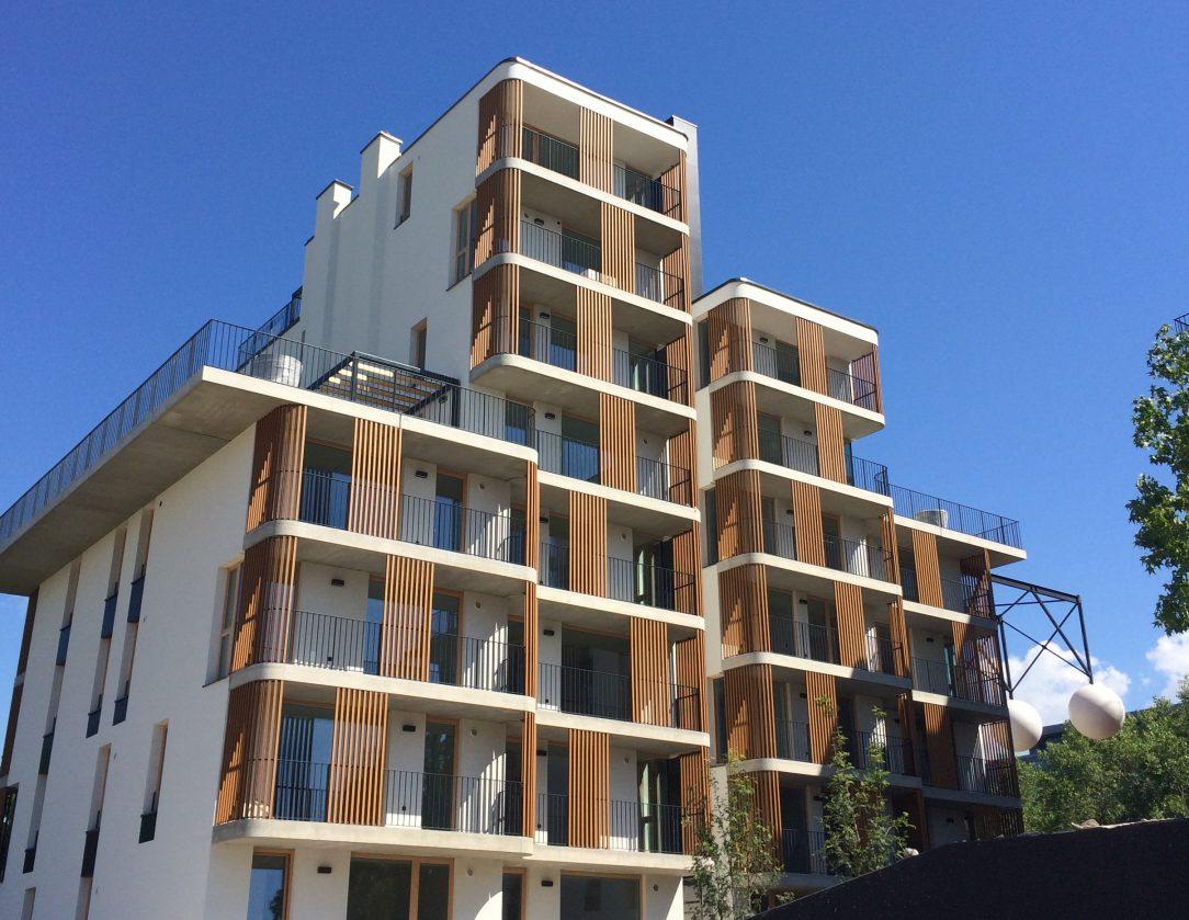 Stavba NIDO - treláže na balkónoch z materiálu WoodPlastic.
