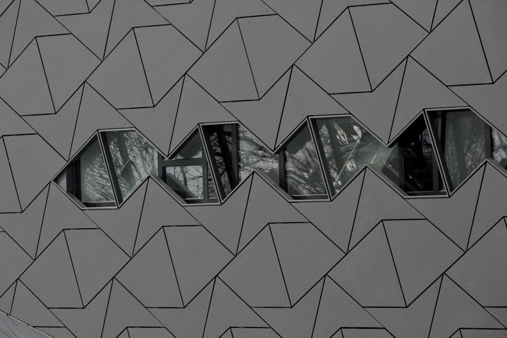 Vláknocementový obklad sa dá rezaním jednoducho upraviť na žiadaný formát podľa návrhu architekta EQUITONE