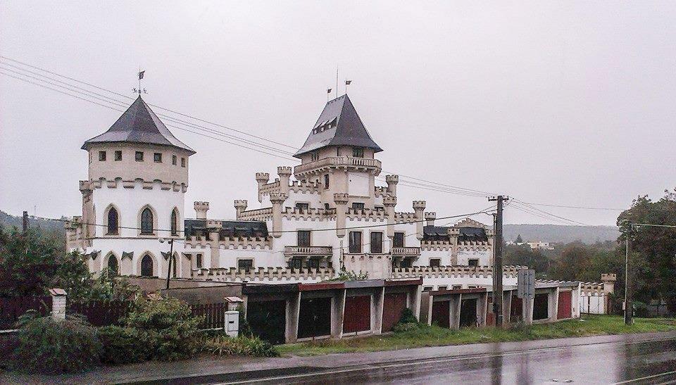 Chateau Etages au Garages