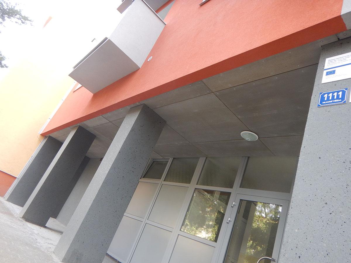 Na spodné opláštenie stropných a strešných konštrukcií sa najčastejšie používajú doskové materiály.