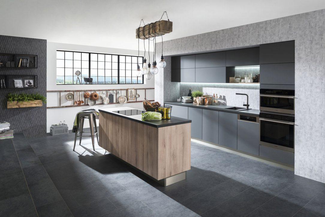 """Kuchyňa Family- Tea. Najnovší model kuchyne Tea je riešený veľkoryso hlavne v spodnej časti. Praktické usporiadanie skriniek do tvaru """"U"""" je odľahčené použitím otvorených políc, ktoré prirodzene spájajú kuchynskú linku s obývačkou či jedálňou."""