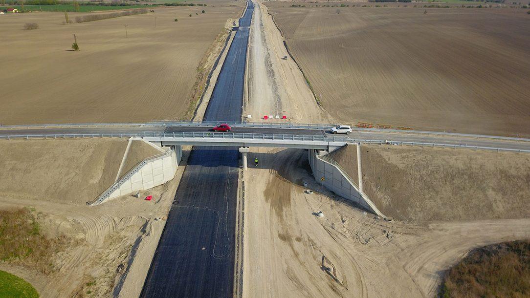 Obr. 3 Prvý skolaudovaný most na 5. úseku R7 Dunajská Lužná Holice most nad R7 na preložke cesty III 06316 v km 13154 R7 stav k 15. 4. 2019