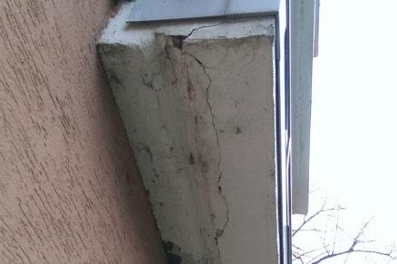 Opadávanie betónu z balkóna