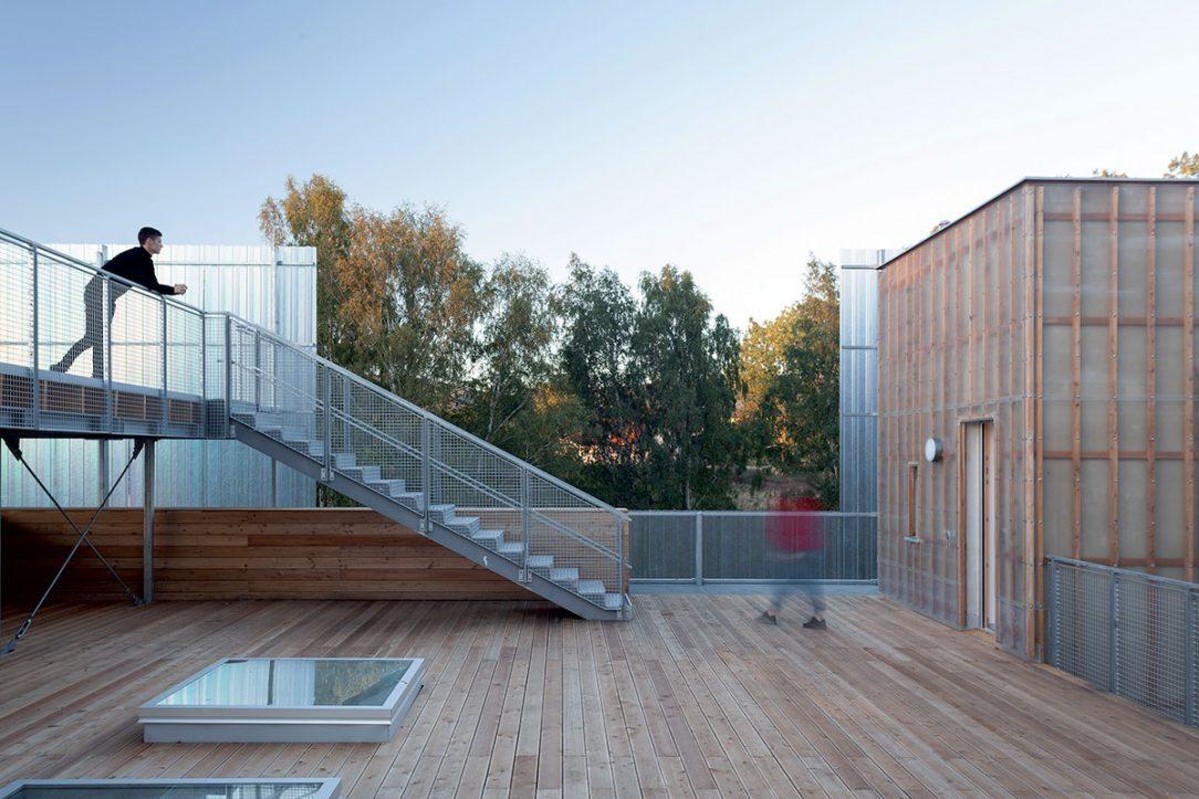 Pochôdzna je samozrejme aj strecha. Svetlíky presvetľujú nižšie podlažia.