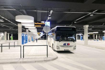 Pohľad na moderné nástupištia autobusovej stanice