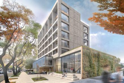 Pohľad na revitalizovaný verejný priestor pred hlavným vstupom do budovy a do strediska kultúry.