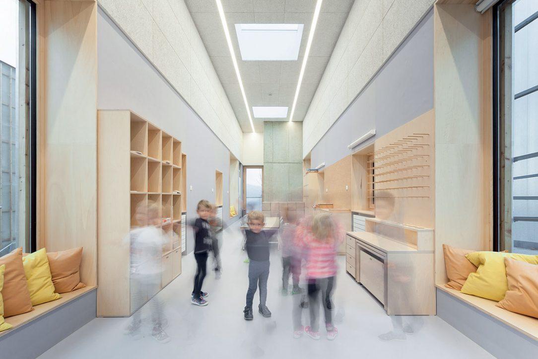 V interiéri architekti uprednostnili svetlé farby a drevo.