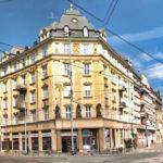 V pamiatkovo chránenom bytovom dome v Olomouci práve prebieha výmena skiel v starých oknách za nové zasklenie s medzisklenou fóliou.