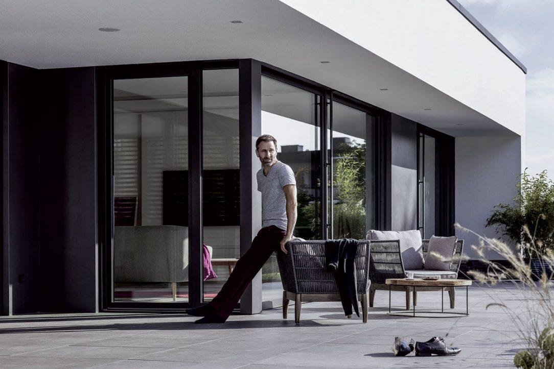 Kompozitný materiál dovoluje architektom pracovať s veľkorysými rozmermi okien. 01