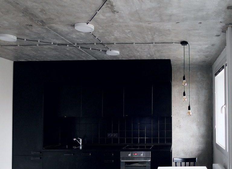 Kuchyňská linka je pojata jako kontrastní černý blok.