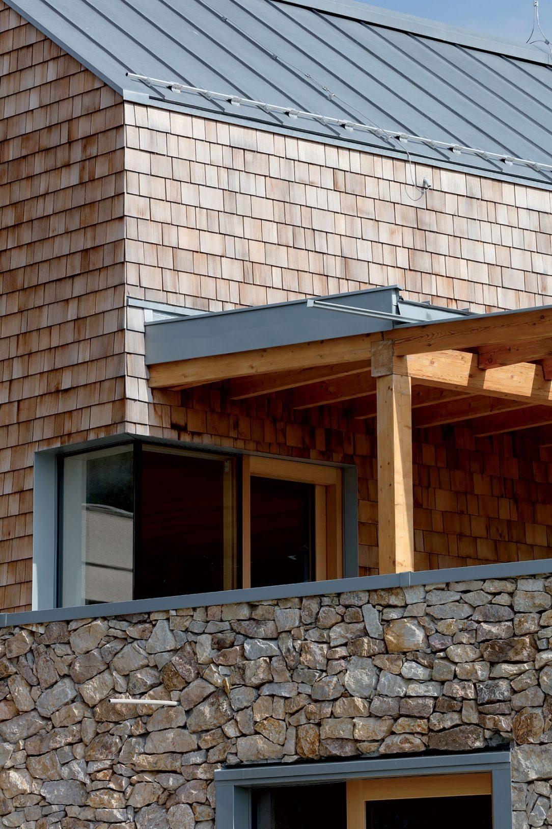 Moderná drevostavba s experimentálnou fasádou z cédrového šindľa.